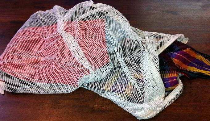 Waschnetz gefüllt mit Wäsche aus Textilreinigung Dr-Wasch in Berlin.